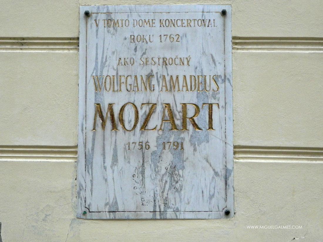 Wolfgang Amadeus Mozart realizó su primer concierto público a la edad de 6 años en Bratislava, en el Palacio del conde Pálffy. Por la ciudad también pasaron Beethoven, Litz, Hayden y otros muchos compositores.