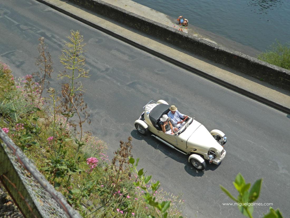 coche clásico pasando por Beynac