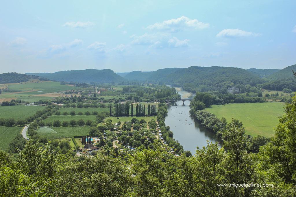 Río Dordoña a su paso por Beynac-et-Cazenac, región del Périgord Negro, Dordoña. Francia