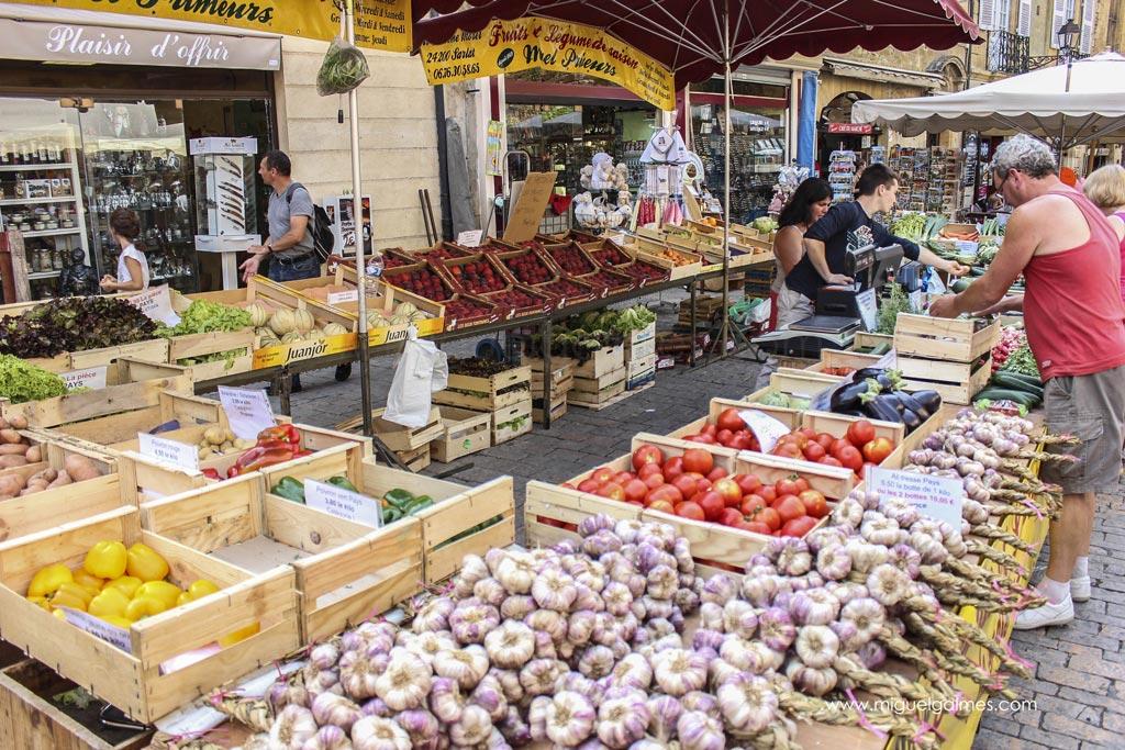 Mercado alimenticio de Sarlat, región del Périgord Negro. Francia